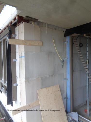 26 november 2018: aansluiting voor de balkonverlichting op appartementen 4 en 5 zijn aangebracht
