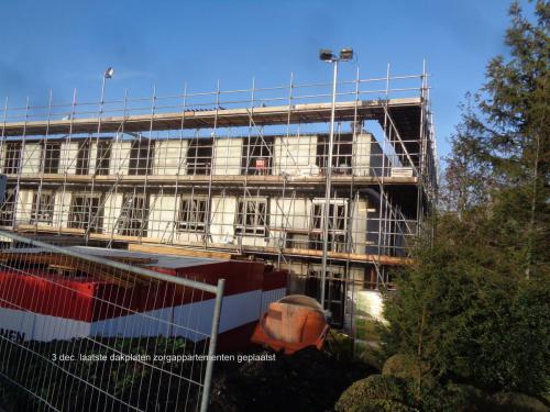 3 december 2018: laatste dakplaten zorgappartementen geplaatst