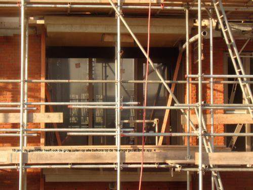 18 januari 2019: de glaszetter heeft ook de grote ruiten op alle balkons op de 1e etage gezet. Dit is appartement 4.