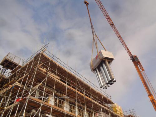 24 januari 2019: de schoorsteenpijpen worden naar boven gehesen