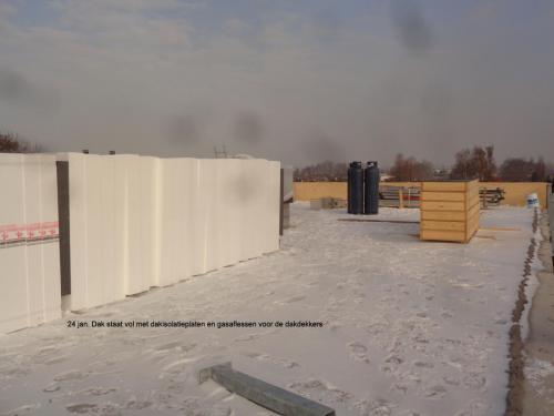 24 januari 2019: dak staat vol met daksiolatieplaten en gasflessen voor de dakdekkers