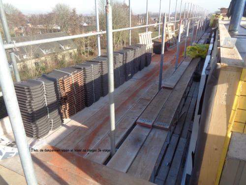 13 februari 2019: dakpannen staan klaar op steiger 3e etage