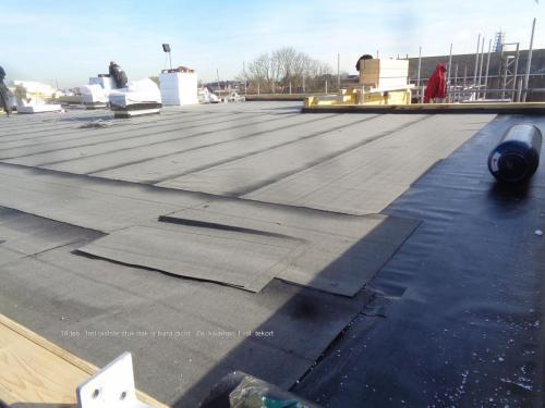 14 februari 2019: laatste stuk dak bijna dicht, maar 1 rol te kort...