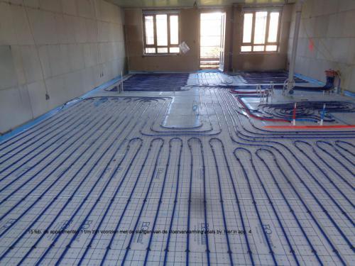 15 februari 2019: appartementen 1 t/m 5 voorzien van slangen voor vloerverwarming