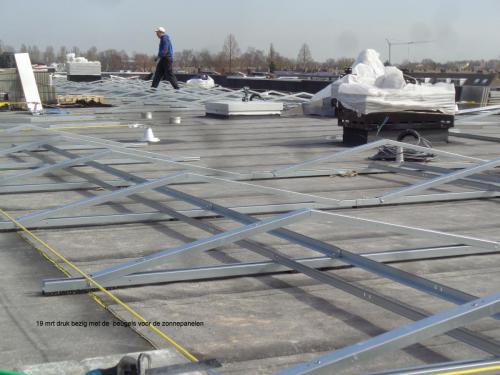 19 maart 2019: druk met de beugels voor de zonnepanelen