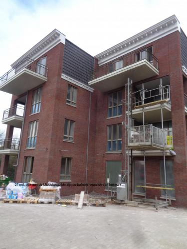 27 maart 2019: balkons Middelwegzijde voorzien van hekwerk