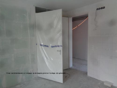 12 april 2019: binnendeuren op begane grond en 1e etage zijn gehangen