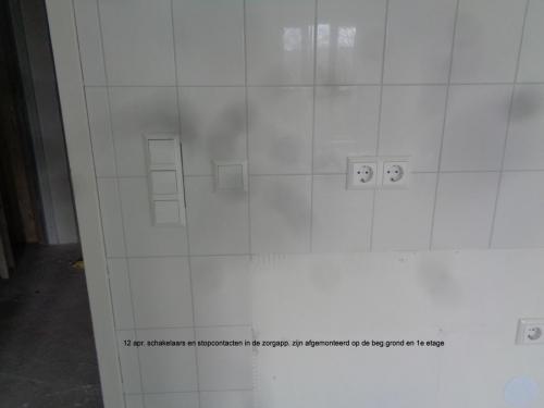 12 april 2019: schakelaars en stopcontacten zijn afgemonteerd