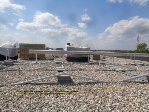 24 april 2019: verse luchtaanvoerbuizen en zonnepanelen op het hogere dag
