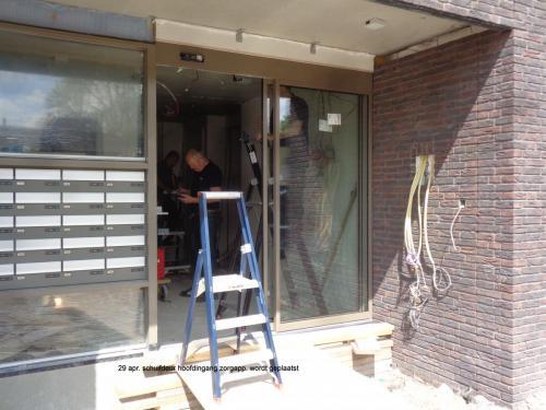 29 april 2019: schuifdeuren hoofdingang zorgappartementen geplaatst