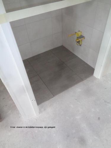 9 mei 2019: vloeren in de toiletten koopappartementen zijn getegeld