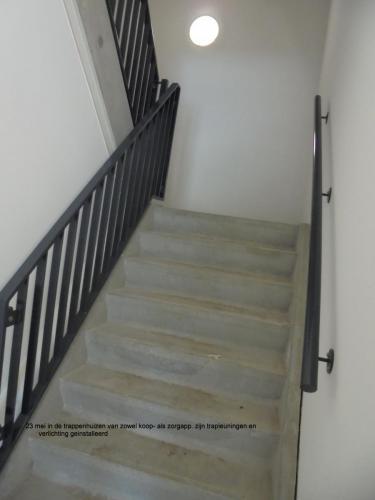23 mei 2019: verlichting en trapleuningen geinstalleerd