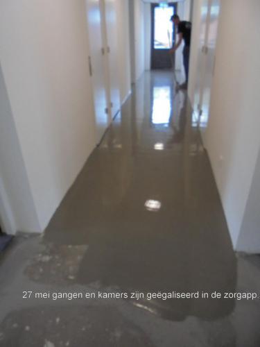 27 mei 2019: de gangen worden geegaliseerd in de zorgappartementen
