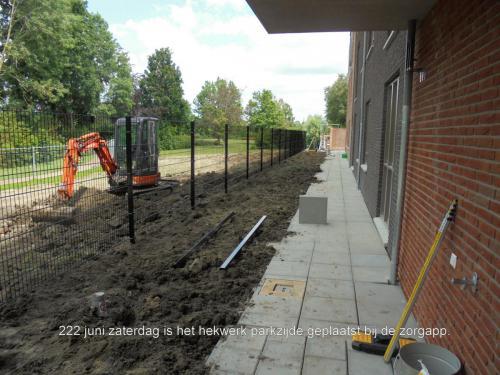 22 juni 2019: het hekwerk aan de parkzijde is geplaatst bij de zorgappartementen